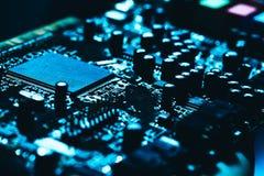 Carte mère d'ordinateur en plan rapproché foncé bleu de fond Images stock