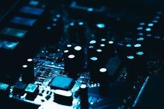 Carte mère d'ordinateur en plan rapproché foncé bleu de fond Photographie stock libre de droits