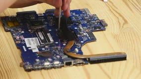 Carte mère de démontage d'ordinateur portable de dépanneur Ingénieur fixant l'ordinateur cassé au travail Atelier de réparations  banque de vidéos