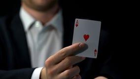 Carte masculine d'as de participation de joueur, stratégie de bluff d'affaires, occasion de gagner, jouant photos stock