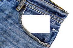 carte nominative dans la poche de jeans La carte est blanche ainsi vous pouvez recouvrir le votre Images stock