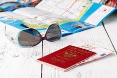 Carte, passeport, carnet et tasse de café sur la table en bois, idées de voyage Photo stock