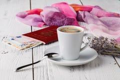Carte, passeport, carnet et tasse de café sur la table en bois, idées de voyage Image libre de droits