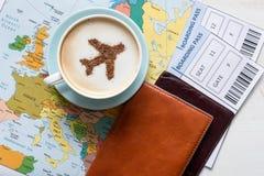 Carte, passeports, carte d'embarquement et tasse de l'Europe de café (avion fait de cannelle) photos libres de droits