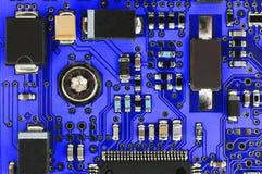 Carte PCB bleue avec les composants électroniques Images stock