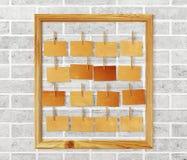 Carte per appunti della cornice e dell'oggetto d'antiquariato sul muro di mattoni bianco Immagine Stock