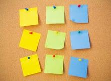 Carte per appunti di colore sul bordo del perno immagini stock