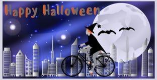 Carte per Halloween felice La strega che guida una bicicletta, seguita dalla volata batte sorvolare la città su una notte illumin Fotografie Stock