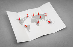 Carte pliée par papier du monde avec Pin Pointer rouge photos libres de droits