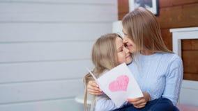 Carte postale étonnée de cadeau d'ouverture de mère célébrant le jour de mères heureux ou le joyeux anniversaire banque de vidéos