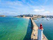 Carte postale aérienne de Saint Malo en Brittany France avec un phare dans le premier plan Photo stock