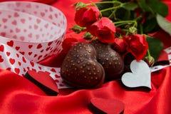 Carte postale au jour de la valentine sainte avec des coeurs de biscuits de chevala, volant Photos libres de droits