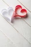 Carte postale au jour de Valentine Coeur blanc et rouge fait de bandes de papier Images stock