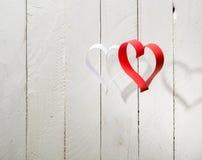 Carte postale au jour de Valentine Coeur blanc et rouge fait de bandes de papier Photo libre de droits
