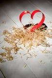 Carte postale au jour de Valentine Coeur blanc et rouge fait de bandes de papier Copeaux en bois bouclés décoratifs Images libres de droits
