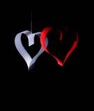 Carte postale au jour de Valentine Coeur blanc et rouge fait de bandes de papier Fond foncé Images stock