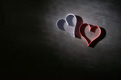 Carte postale au jour de Valentine Coeur blanc et rouge fait de bandes de papier Fond foncé Photographie stock libre de droits