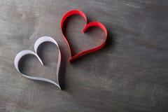 Carte postale au jour de Valentine Coeur blanc et rouge fait de bandes de papier Fond foncé Photographie stock