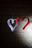 Carte postale au jour de Valentine Coeur blanc et rouge fait de bandes de papier Fond foncé Images libres de droits