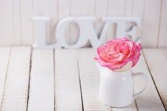 Carte postale avec amour élégant de fleur et de mot Image libre de droits