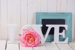 Carte postale avec amour élégant de fleur et de mot Photographie stock libre de droits