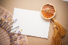 Carte postale avec des perles en métal Photographie stock
