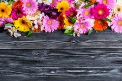 Carte postale avec la feuille et les fleurs de papier Photographie stock