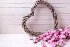 Carte postale avec le coeur et fleurs roses sur le backgro en bois blanc Images libres de droits