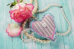 Carte postale avec le coeur et la fleur élégante Image libre de droits