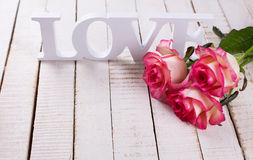 Carte postale avec les fleurs élégantes et amour de mot Photos libres de droits