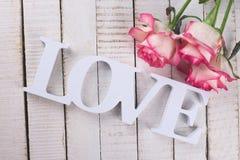 Carte postale avec les fleurs élégantes et amour de mot Photo libre de droits