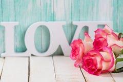 Carte postale avec les fleurs élégantes et amour de mot Photographie stock libre de droits