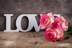Carte postale avec les fleurs élégantes et amour de mot Image libre de droits