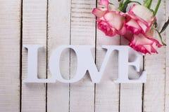 Carte postale avec les fleurs élégantes et amour de mot Images libres de droits