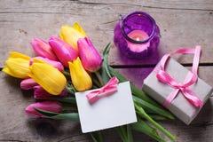 Carte postale avec les fleurs, l'étiquette et le présent dans la boîte Image stock