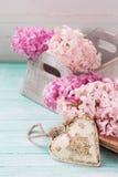 Carte postale avec les jacinthes de fleurs fraîches et le coeur décoratif Photo stock