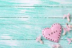 Carte postale avec les jacinthes de fleurs fraîches et le coeur décoratif Images stock