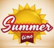 Carte postale avec Sun brillant et ruban rouge pour l'été, illustration de vecteur Photographie stock libre de droits