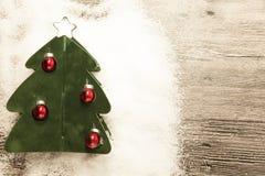 Carte postale avec un arbre de Noël, boules de Noël sur le fond en bois Image libre de droits