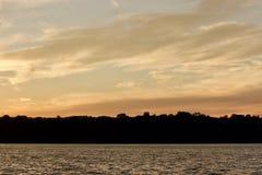 Carte postale avec un coucher du soleil étonnant sur un lac Photo libre de droits