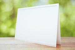 Carte postale blanche vide sur la table en bois extérieure Images libres de droits
