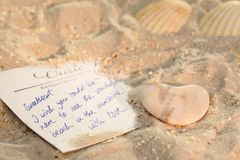 Carte postale dans le sable Photographie stock libre de droits