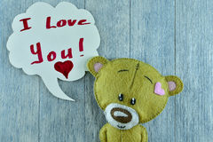 Carte postale de jour de valentines Le nounours concernent le fond en bois Photographie stock libre de droits