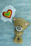 Carte postale de jour de valentines Le nounours concernent le fond en bois Images libres de droits