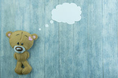 Carte postale de jour de valentines Le nounours concernent le fond en bois Image libre de droits
