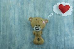Carte postale de jour de valentines Ours de nounours et coeur rouge Photographie stock