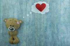 Carte postale de jour de valentines Ours de nounours et coeur rouge Image stock