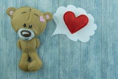 Carte postale de jour de valentines Ours de nounours et coeur rouge Photo stock
