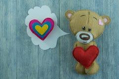 Carte postale de jour de valentines Ours de nounours et coeur rouge Images stock