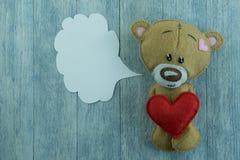 Carte postale de jour de valentines Ours de nounours et coeur rouge Photos stock